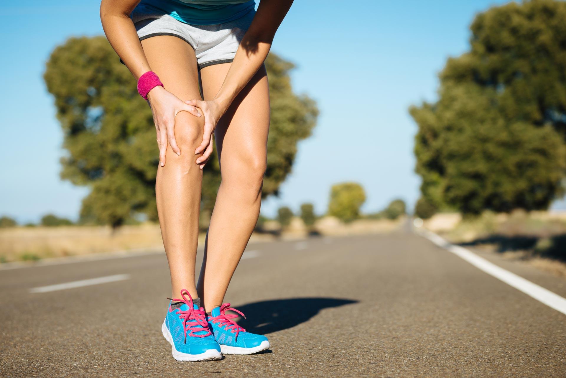 Läuferin hat Schmerzen im Knie
